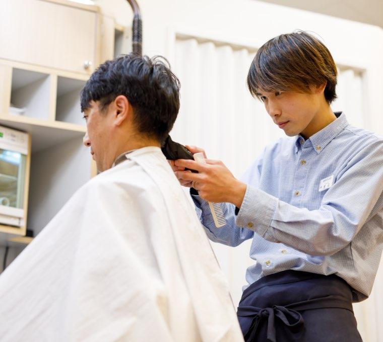 写真:散髪シーン