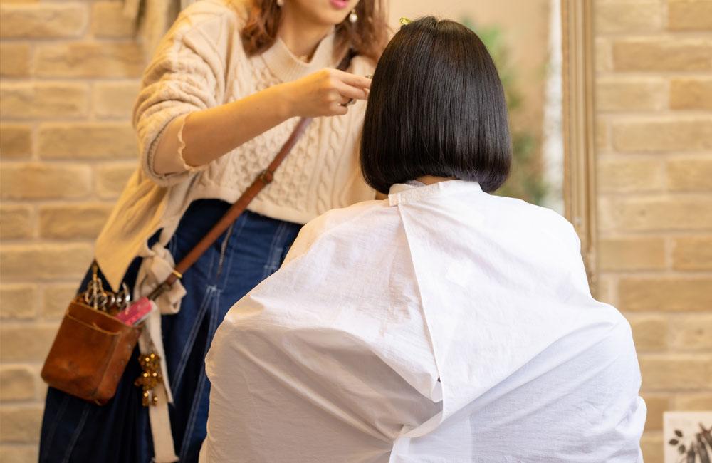 美容師の施術風景